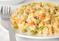 Mazkaloriju salāti ar vistas gaļu un zaļajiem zirnīšiem