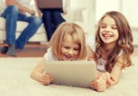 Kā vecākiem gudri pārraudzīt bērna aktivitātes internetā?