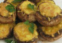 Ar sieru, kartupeļiem un ķiplokiem pildītie šampinjoni