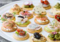 Kanapē maizītes un sāļie vai saldie groziņi – veids, kā iepriecināt viesus. Idejas receptēm!