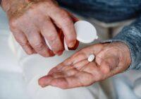 """""""Mēness aptieka"""": Naudas trūkuma dēļ ievērojama iedzīvotāju daļa """"šķiro"""" ārsta izrakstītos medikamentus receptēs, pasliktinot savu veselības stāvokli"""