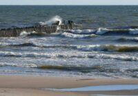 Ūdens jūrā Rīgā un Jūrmalā kļuvis ledaini auksts