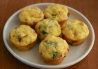 Kēksiņu formās gatavotas minī omletītes ar šķiņķi
