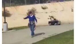 ASV kāda kundze gados dusmīga, ka bērni parkā bez autovadītāja apliecības braukā rotaļu auto